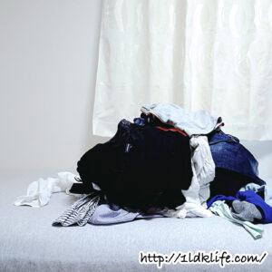 処分する服の山。
