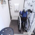 玄関を占拠している車椅子。